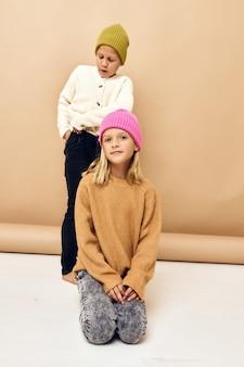 Kinderen vriendschap knuffel jeugd grimas emoties geïsoleerde achtergrond