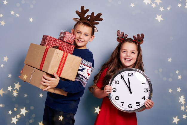 Kinderen wachten op nieuwjaar en kerstmis