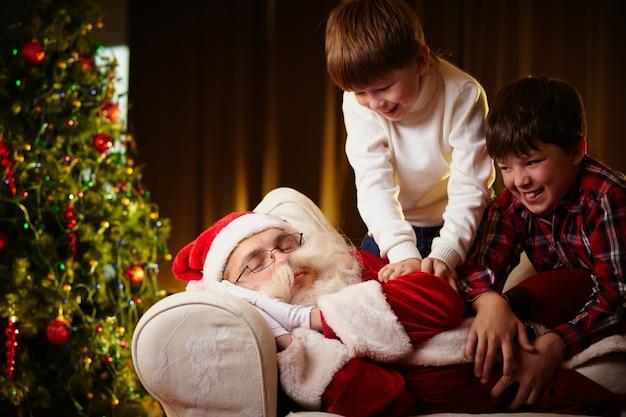 Kinderen wakker worden met de kerstman