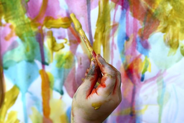 Kinderen weinig kunstenaar die kleurrijke handborstel schilderen