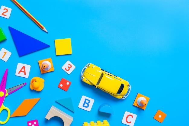 Kinderen wiskund alfabet en educatief speelgoed op blauw
