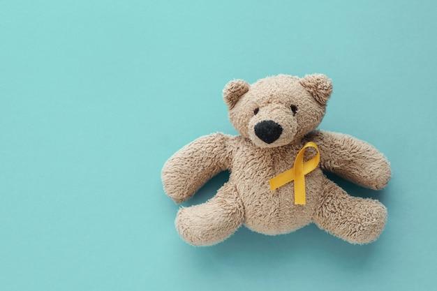 Kinderen zacht stuk speelgoed bruine beer met geel goud lint