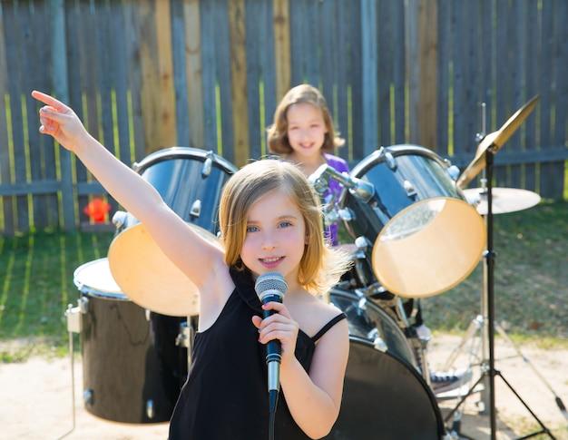 Kinderen zanger meisje zingen spelen live band in de achtertuin