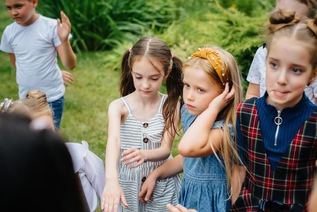 Kinderen zijn bezig met buitenlessen in het park.