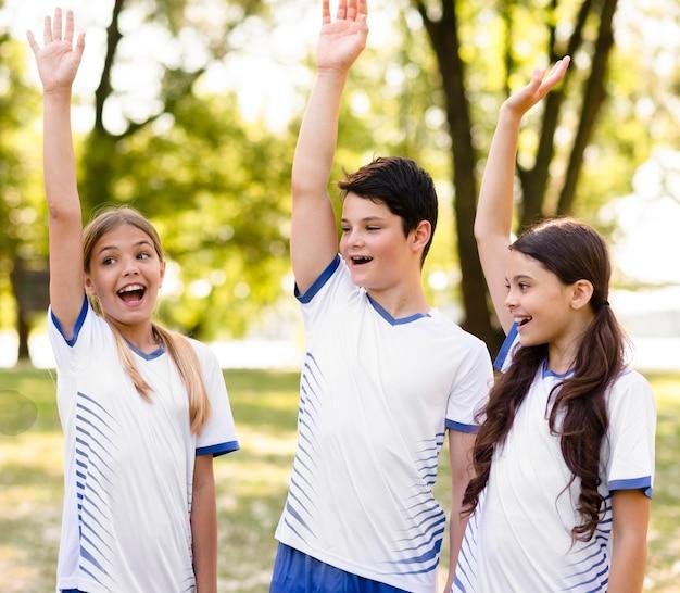 Kinderen zijn blij na het winnen van een voetbalwedstrijd