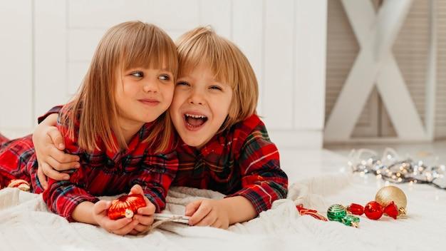 Kinderen zijn dichtbij op eerste kerstdag met kopie ruimte