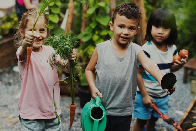 Kinderen zijn in een tuin