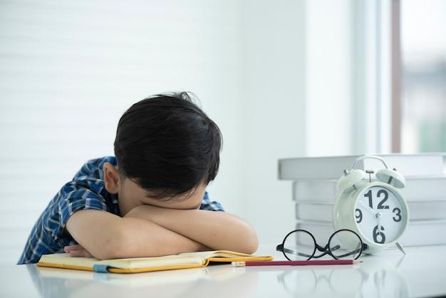 Kinderen zijn moe van leren en slaperig.