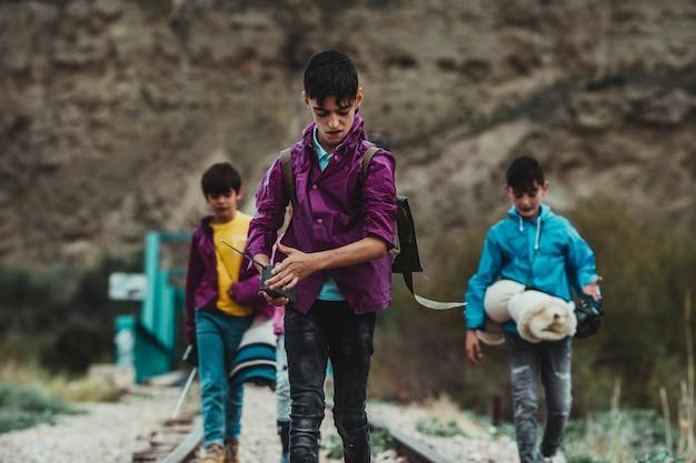 Kinderen zijn op avontuur en kamperen, wandelen en spelen in het bos