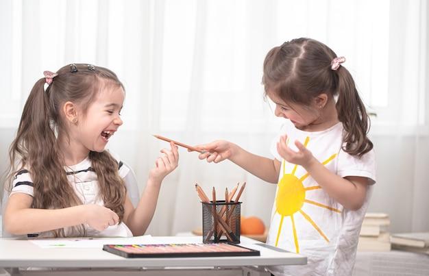 Kinderen zitten aan tafel en maken hun huiswerk. thuisonderwijs concept.