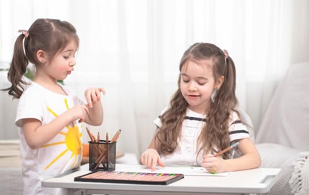 Kinderen zitten aan tafel en maken hun huiswerk. thuisonderwijs