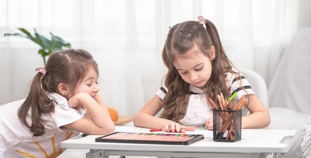 Kinderen zitten aan tafel en maken hun huiswerk