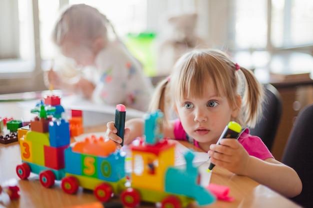 Kinderen zitten aan tafel in klaslokaal tekening