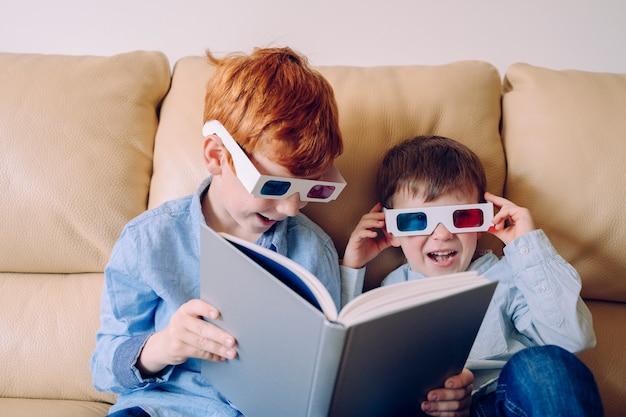Kinderen zonder school die spelen en lezen met een driedimensionaal artistiek boek. houd kinderen bezig en ervaar nieuwe manieren van leren