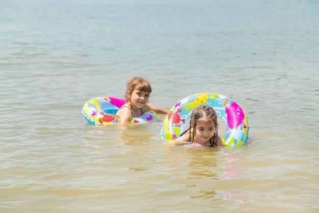 Kinderen zwemmen in het meer.