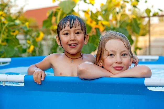 Kinderen zwemmen in het zwembad bij de datsja's