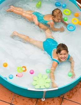 Kinderen zwemmen in kind zwembad