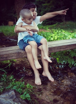 Kinderenvoeten die en prettijd op de mooie bergkreek spelen hebben