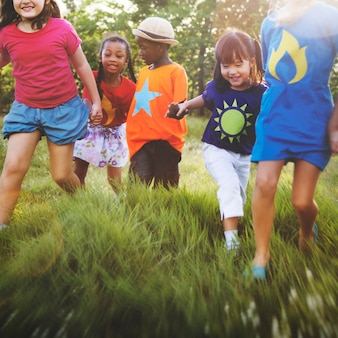 Kinderenvriendschapssamenhorigheid het glimlachen gelukconcept