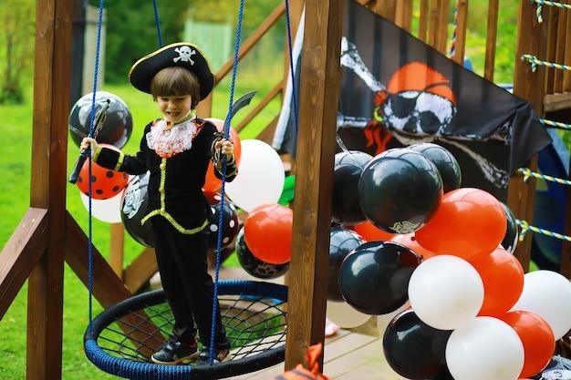 Kinderfeestje in piratenstijl. kinderen in piratenkostuums spelen op halloween.