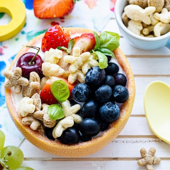 Kindergranenkomtraktatie met bessen en yoghurt
