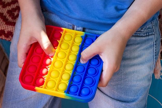 Kinderhanden houden een anti-stressspeeltje vast.