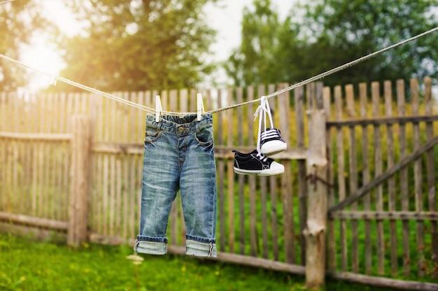 Kinderjeans en sneakers op de waslijn
