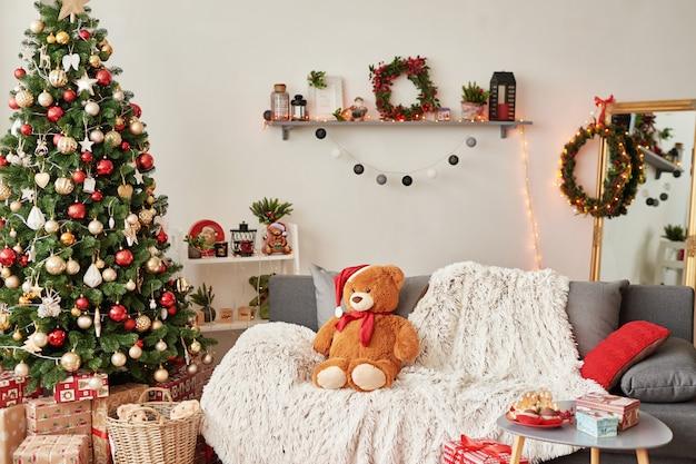 Kinderkamer. kerst interieur van kinderkamer. nieuwjaarsdecor en boom in de speelkamer van kinderen