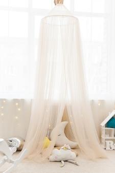 Kinderkamer met stoffen tent en speelgoed