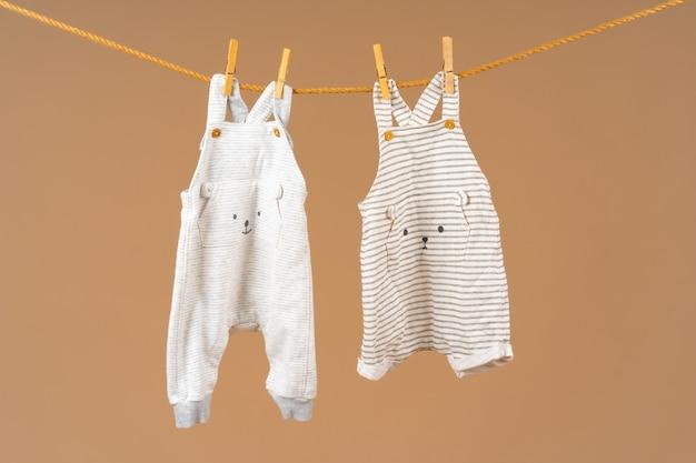 Kinderkleding vastgemaakt aan een waslijn om te drogen