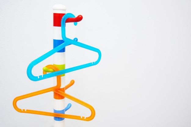 Kinderkleurige kunststof hangers trempala oranje en blauwe kleuren