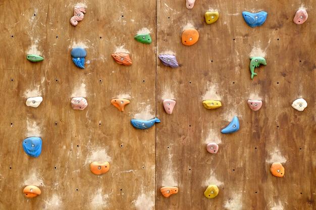 Kinderklimwand met kleurrijke mariene figuren