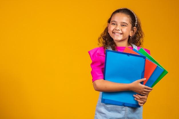 Kinderopvang en gelukkige jeugd, mooi meisje met boeken klaar voor de eerste dag op school.