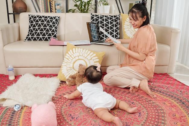 Kinderopvang en werkende moeder concept