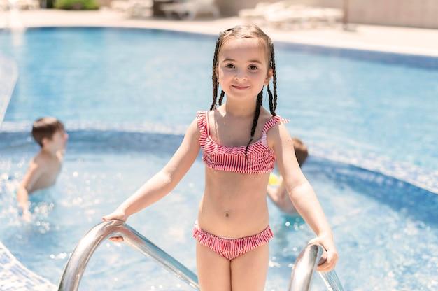Kinderpret bij het zwembad