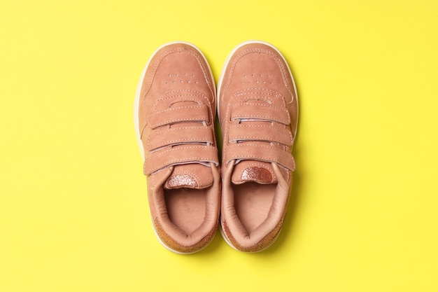Kinderschoenen op een gekleurde achtergrond bovenaanzicht kinderschoenen