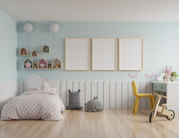 Kinderslaapkamer met een dakhuis en blauwe muren / mockup-posterframe in de kinderkamer