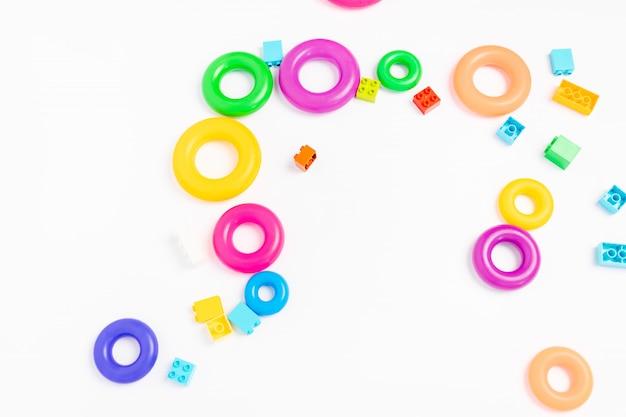 Kinderspeelgoed op een witte, piramide ringen en constructor,