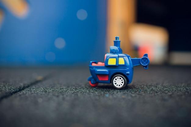 Kinderspeelgoed, op het asfalt, verloor het kind een plastic machine