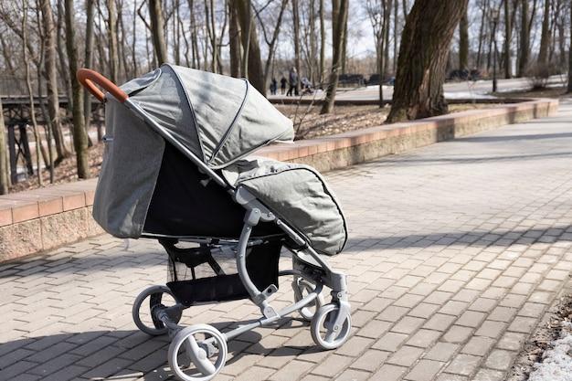 Kinderwagen met baby in het park buiten.