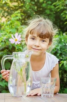 Kindglas water. selectieve aandacht. natuur.