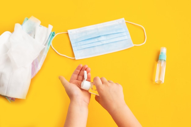 Kindhanden die ontsmettingsmiddel gebruiken