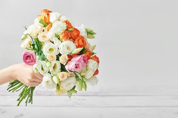Kindjongen met boeket bloemen.