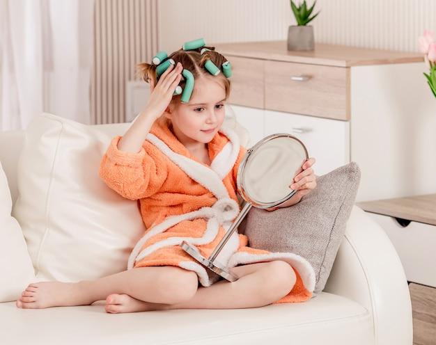 Kindmeisje die in de spiegel kijken