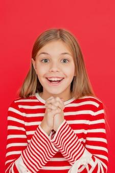 Kindmeisje droomt dat haar wens uitkomt. wonder gebeurt. klein meisje glimlachend vol hoop. mijn geheime wens. doe een wens. hoop op het beste. meisje hoopvol opgewonden gezicht dat wens maakt. geloof in een wonder.