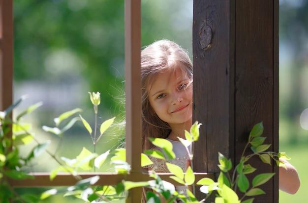 Kindmeisje het spelen in het park in openlucht.