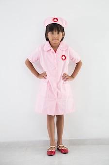 Kindmeisje in uniform als arts of verpleegster
