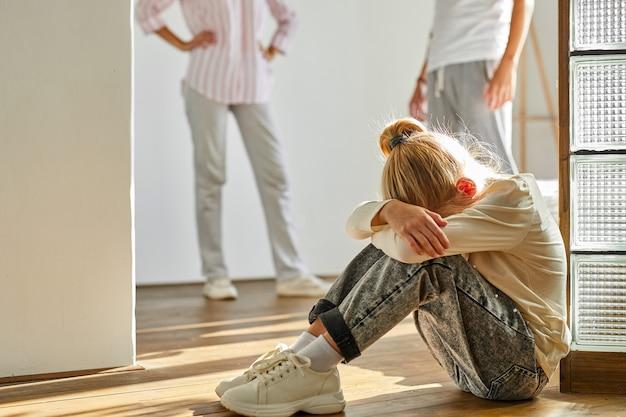 Kindmeisje is moe van familieconflicten, echtscheiding en kinderenconcept