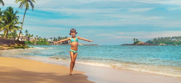 Kindmeisje op het strand in sri lanka