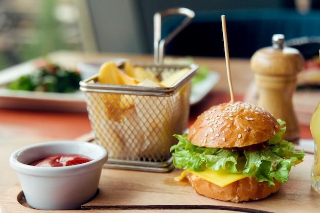 Kindontbijt met miniburger, sap, cake en aardappel